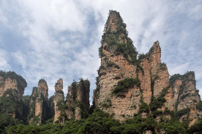 映画「アバター」のモデルでもあり世界遺産に登録されている武陵源は、中国湖南省にある渓谷です。天を突くような柱状の石が無数に並ぶその独特の景観美は、まるで中国古代史に出てくる仙人の棲み家であるような佇まいをしています。