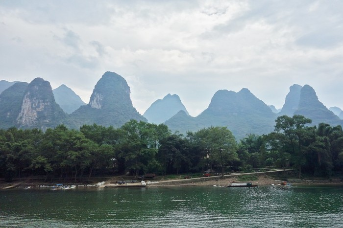 中国南部に位置し、年間を通じて比較的温暖な気候に恵まれた桂林は、中国を代表する観光名所の一つで、国内外から大勢の観光客で賑わっています。なかでも、漓江周辺は、いくつもの奇岩が折り重なるように連なっており、幻想的な景色が広がっています。