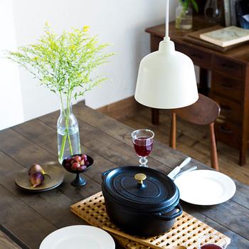 テーブルやソファのような大型の家具は、一度買うとなかなか買い替えないものですよね。北欧スタイルにはシンプルで良質なものがおすすめ。長い人生を共に歩んでいくような、愛着のもてる家具を選びます。スツールや照明のような小型家具は、ライフスタイルの変化に合わせて買い足したり、別の部屋で使いまわせたりするものがよいでしょう。