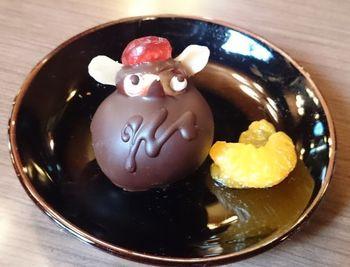同じく松本駅から徒歩約10分の距離にある「珈琲茶房 かめのや」。こちらは上記で紹介した「翁堂」の「翁堂茶房」跡に出店した純喫茶。なので「翁堂」の「タヌキケーキ」がいただける他に「大人のたぬきケーキ」もあります。「翁堂」と同じくドレンチェリーが頭にのっていますが、中のスポンジケーキにラムが効いていて、確かに大人の味わいかも。