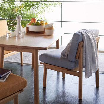 「北欧スタイル」ってあこがれるけれど、何を基準にどう選べばいいか迷うこともありますよね。今回はどんなお部屋にも合わせやすい《グレー系インテリア》を中心に、「家具の選び方」「こだわりたい日用品」「センスよく飾りたいオブジェ」をご紹介します。