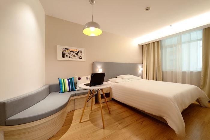 狭いお部屋を広く見せるには、間接照明を使って光と影の立体感を作り、お部屋に奥行きを持たせると効果的。また、カバーリングやカーテンには明るい色を使うと開放的な印象になります。家具は背の低いものを選ぶとより空間に広がりを感じられます。