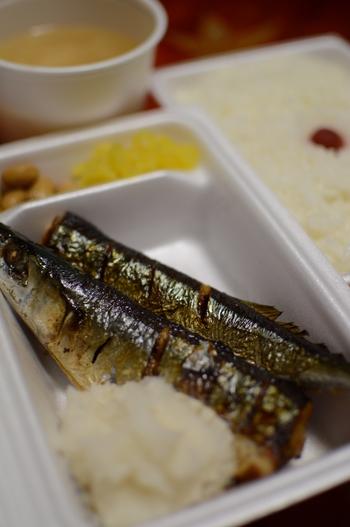 また、秋刀魚やさば、いわしなどの青魚には、血液をさらさらにして血行を促進するDHA・EPAが豊富に含まれています。血液中の中性脂肪やコレステロールの値を調整する働きがあるので、血圧が気になる方や、血行不良が原因の冷え症に悩む方は積極的に摂りたい食材です。