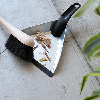 お部屋をキレイにキープする秘訣は、掃除道具がすぐ手に取れるようにしておくことです。インテリアとしても遜色ない、スタイリッシュなお掃除セットを常備しておきましょう。コンパクトサイズのちりとりとブラシのセットがあれば、テーブルや棚の上のちょこっと掃除にも役立ちます。
