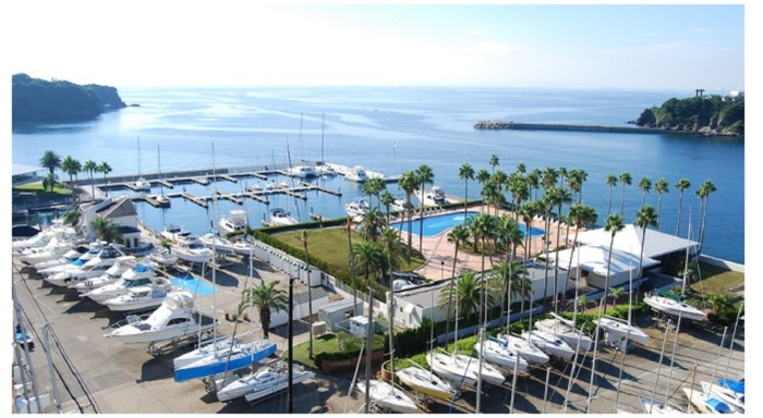 三浦半島の南端・小網代湾に面して作られた「シーボニアマリーナ」内のレストラン。ヨットやクルーザーを係留する会員だけでなく、一般のひとも利用できます。
