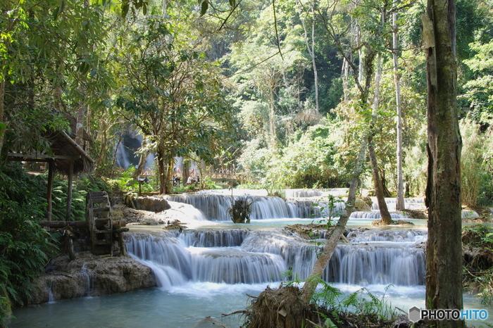 クアンシーの滝は、ラオス北部に位置する古都、ルアンパバーンから約29キロメートルの位置にある滝で、この国を代表する景勝地です。幾層にも折り重なる棚田状の滝、エメラルドグリーンに輝く淵、周囲のジャングルが織りなす景色は、まるで一枚の絵画のようです。