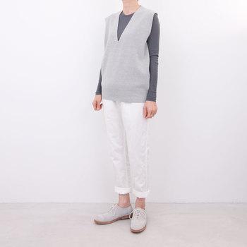 裾に向かって細くなっていくテーパード型のパンツは、シルエットの美しさも魅力のひとつ。年齢、洋服のタイプを問わず活躍してくれます。