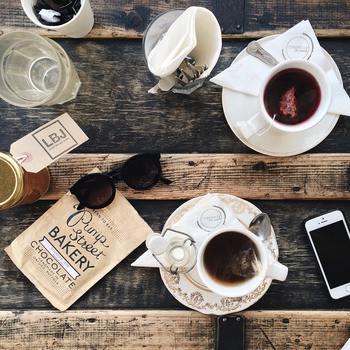 誰でも簡単にできる「紅茶染め」は、染物初心者さんもすぐに始められるDIYです。さっそく身近にあるものを、おしゃれなナチュラルカラーに変身させてみませんか?自分で染めたお洋服や雑貨で、毎日の生活をさらに素敵に彩りましょう♪