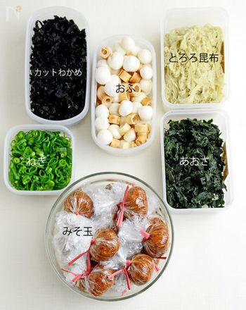 朝、忙しくて食器を洗っている時間がない方は、鍋を使わずお味噌汁を作ったり、包丁とまな板を使わず、手でちぎれる葉物や、キッチンバサミで調理したりするのも◎。例えば休日に、おみそ+おかかでみそ玉を作っておけば、朝、お椀にみそ玉と好みの具を入れて熱湯を注ぐだけで、簡単に美味しいお味噌汁が作れます。具材もタッパーに入れて保存しておけば、まな板、包丁、鍋を使わず簡単に作れるので、洗い物をしてから出かけることができてとっても便利。