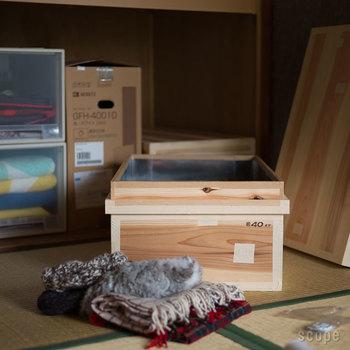 しっかりした木箱だから、上に物を置き積み重ねても良いですし、防虫や湿気対策にも効果あり。シーズンオフの衣類の収納にピッタリです。プラスチックのケースとは異なり、ナチュラルな木の質感も魅力。