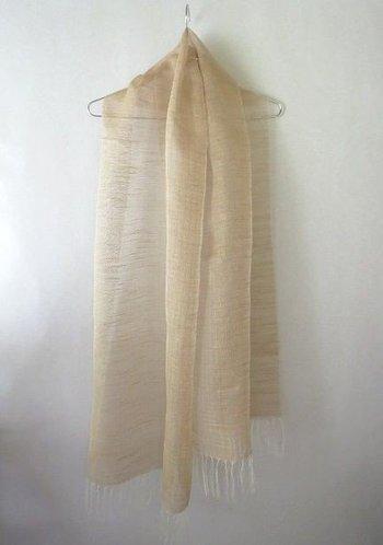 こちらはかや工房さんの作品、紅茶染めした絹糸を手織りした軽やかなストール。リネンのようなナチュラルな風合いが素敵です。