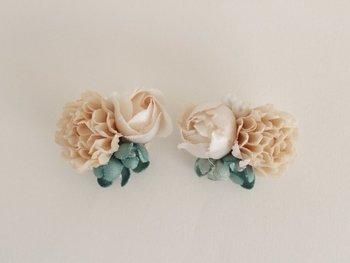 こちらはhanaeさんの作品。紅茶染めした生地で作った、花束のイヤリングです。淡いベージュピンクの色合いが、可憐な花によく似合っていますね。