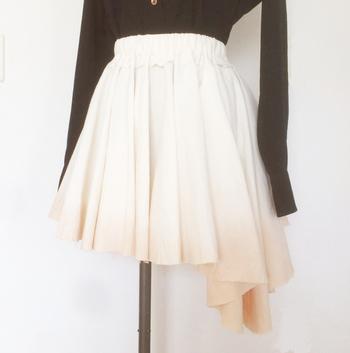こちらはatelier-fictionさんの作品。ミルクティーのような淡いグラデーションが綺麗なフレアスカートです。個性的なアシンメトリースカートでも、紅茶染めの風合いでぐっとナチュラルな雰囲気に。