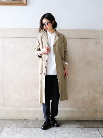 こんな風にベージュのスプリングコートを合わせれば、白シャツのアクセントに効いた大人のキレイめスタイルが完成です。