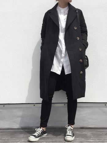 ロング丈の黒のスプリングコートを羽織れば、白シャツが綺麗な縦長ラインを作りすっと際立ちます。