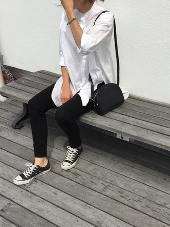 足元にスニーカーを合わせれば、きちんと感のある白シャツスタイルも、程よくカジュアルダウン。