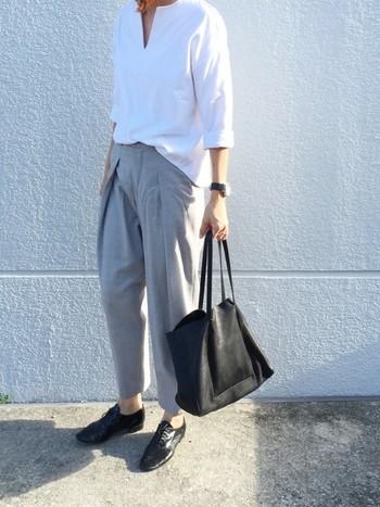 一枚でも重ね着でも様になる「白シャツ」の着こなしの幅は無限大。まずは気に入った一枚を見つけて、いろいろな着こなしを試してみましょう。今回の記事を参考に、ワンランク上の白シャツコーデにチャレンジしてみてくださいね。