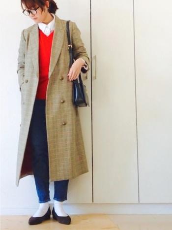 きちんと感のあるオレンジのVネックセーターは、白シャツのボタンを上まで留めて、チェックのトレンチコートを羽織って、春のトラッド風の着こなしに。足元は、白の靴下で爽やかにまとめています。