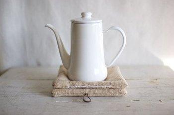鍋やティーポッドなど、寒い時季に使うことの多いポットマット。紅茶染めにすることで、柔らかで温かみを感じる色合いになります。自分で染めたものなら、キッチンでの作業もさらに楽しくなりそう。
