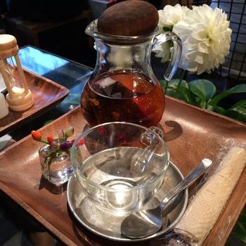 フランス紅茶の専門店「アンシャンテジャポン」の茶葉を使用した紅茶をはじめ、フレッシュハーブを使用したハーブティや、バラの花びらをふんだんに使ったバラの紅茶など、生花店ならではのティーメニューが人気です。