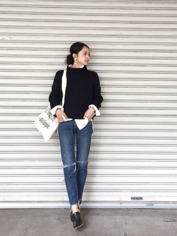 今の季節にマスターしたいのが、セーターのインナーに白シャツをアクセントとして効かせるレイヤードスタイル。黒やネイビーなど濃い色セーターに合わせると、よりコントラストが際立ちます。首・袖・裾から覗かせた白シャツの割合が絶妙なバランスの大人カジュアルコーデです。