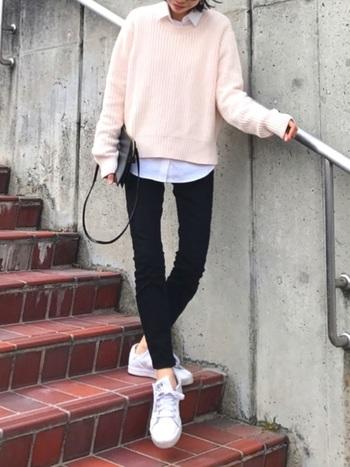 明るいピンクに白シャツを合わせて春らしいスタイルに。ライトカラーのセーターは、白シャツを上手く馴染ませてくれるので、さりげなくレイヤードが楽しめます。