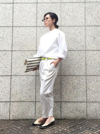 ゆったりめの白シャツと白のテーパードパンツを合わせたオールホワイトコーデ。シャツのボタンを上まできっちりと留める代わりに、袖をラフにロールアップしてこなれ感を出した、おしゃれ上級者の着こなしテクニックです。