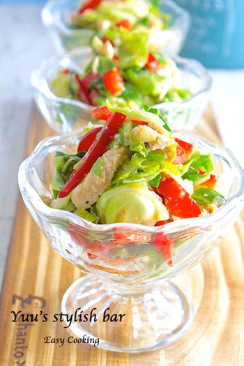 ちょっと違った味を求めるなら、ごまの風味が食欲をそそるバンバンジーサラダはいかがですか?作り置きの蒸し鶏を使えば、より手軽に作ることができますよ。