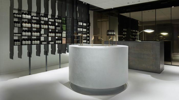 イソップ青山店 日本初の路面店です。南青山・浅田ビルディングの1階に構えた謙虚なファサード(正面)の小さな店舗。建築家・長坂常氏が、イソップディレクターのデニス・パフィティス氏とともに作り上げた空間はシンプルでいて実用的、そして温かくもあります。