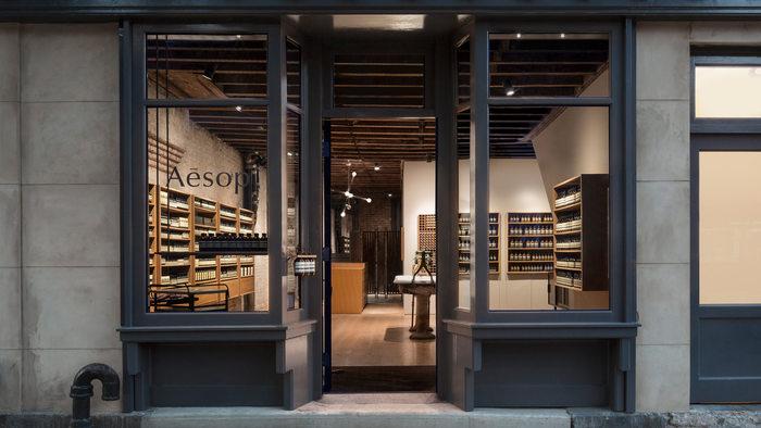 シンプルなイソップの商品パッケージと店舗のデザインは、才能豊かなデザイナー達とコラボレーションしたものばかりです。