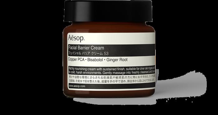 「フェイシャルバリアクリーム53」。 肌を集中的にうるおし、心地よく保湿された状態を持続させます。ハーバルの香りがし、リッチなバターのようなクリームです。
