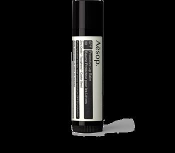 「プロテクティブリップバーム(SPF30)」。 冬の必需品リップ。こちらはかさつきやすい唇のうるおいを守りながら、柔らかく保ちます。