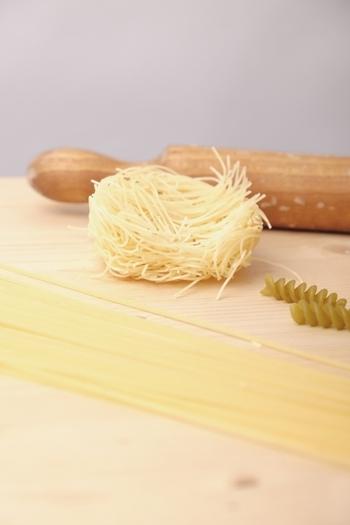 その細さがイタリア語で『髪の毛』(capelli)に例えられたところから名付けられた「カッペリーニ」は天使の髪の毛とも言われます。太さは直径1.2㎜以下で、冷静パスタなどに良く使われますよ。