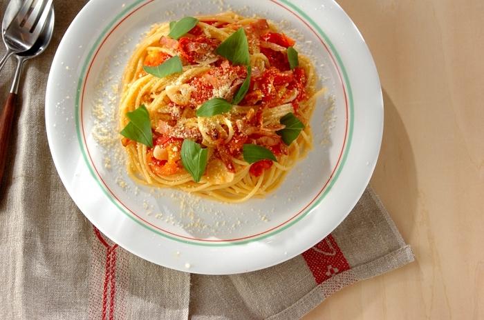 アーリオ・オーリオにベーコンを加え、フレッシュなトマトをたっぷり使う定番のトマトスパゲティー。ほどよいオイルがスパゲティーにからまって、さっぱりいただけます♪