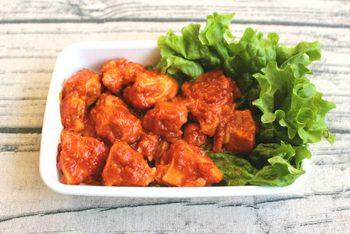 鶏むね肉で作る、お手軽エビチリ味おかずのレシピ。耐熱容器に下ごしらえした材料と調味料をいれてチンするだけ!ご飯のおかずや、お弁当の彩りにもおすすめです。