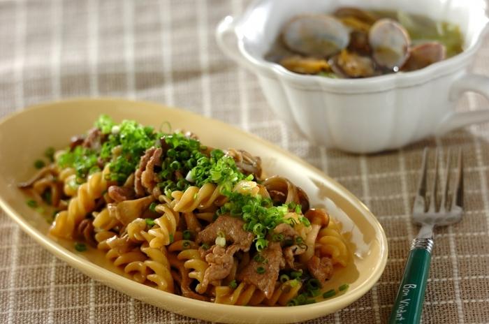 うまみたっぷりの野菜といえば、キノコですよね♪お味噌のソースで絡めたら、最後に万能ネギをかけていただく和風なパスタ。シメジやマイタケ、豚肉がたっぷり入ったボリュームある一品です。