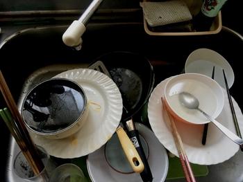 買い物をして食事を作るだけでも大変なのに、後片付けまできちんとやらないといけないなんて!と、つい食器洗いを後回しにしてしまい、どんどん洗うのが面倒になってしまう、そんな悪循環に陥っていませんか?そこで、洗い物を少しでも楽しく快適にするために、ちょっとした工夫をしてみてはいかがでしょうか。