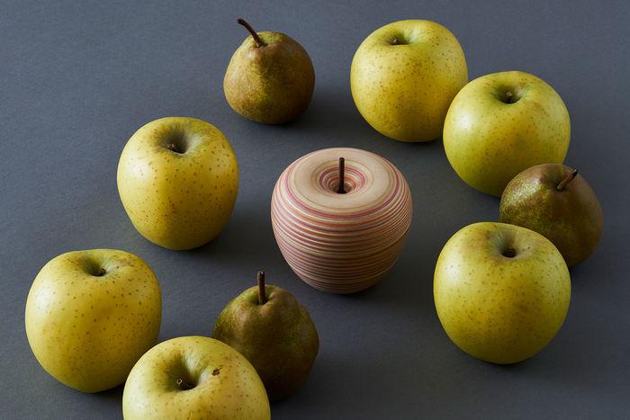 形はまるで本物のリンゴのよう!人工的なストライプの模様がドキッとする美しさを見せています。