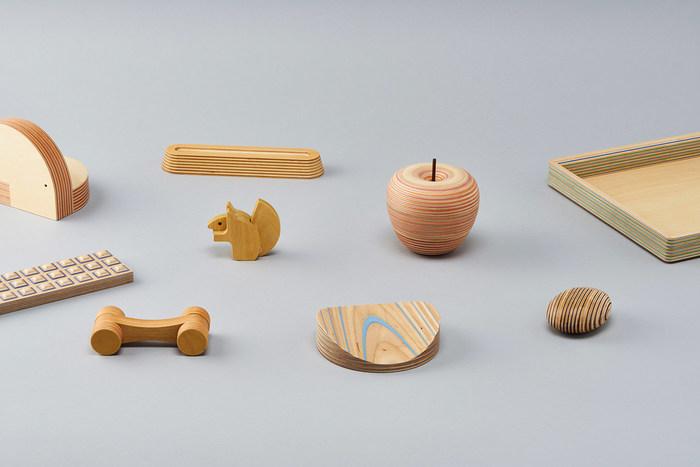 北海道の木材にこだわって、新しく美しい合板を使ったインテリアアイテムを生み出しているのが「PLYWOOD laboratory」です。机の上で活躍する小物やおもちゃから家具まで、多彩なアイテムを合板で作り出しています。