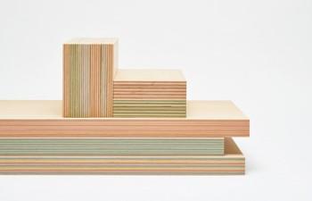「PLYWOOD laboratory」の最も特徴的な素材がこの特殊な合板。断面に鮮やかに見える色合いは、今までの合板とは一線を画します。