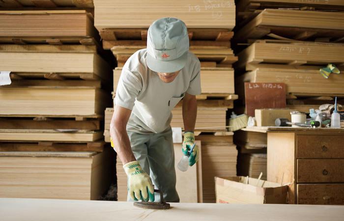 独自の合板が作られるのは、北海道の自社工場。地元の木材を活かし、職人の手によって丁寧に作られています。