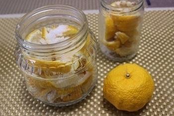毎日の食卓でゆずの栄養を取り入れたいときにおすすめなのが塩ゆず。塩とゆずを混ぜ合わせた調味料です。  作り方は簡単。塩レモンをつくるのと同じ要領で、瓶に塩とゆずを交互に入れて時間を置くだけです。ゆずの重量に対して10%~20%の粗塩を使いますが、適宜お好みの塩分量に調整してみてくださいね。