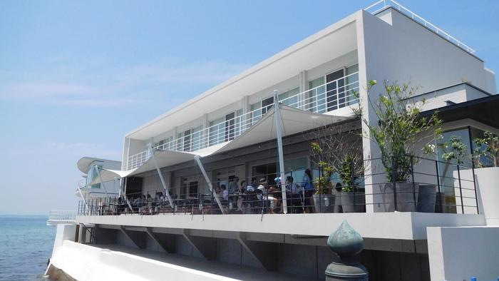 2016年、佐島マリーナの一角にオープン。室内からも海を望めます。