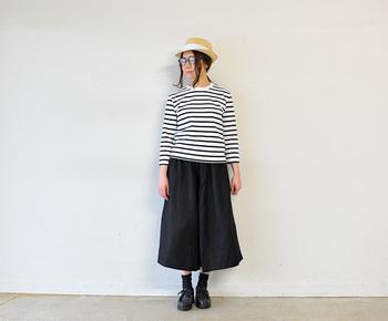 春夏の定番であるマリンスタイルも、キュロットにすれば鮮度アップ!帽子とメガネで自分らしい味付けも忘れずに。