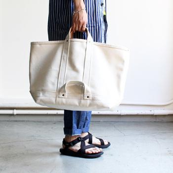 トートバッグの定番は、キャンバス生地や帆布など厚手で丈夫な素材のもの。 ベースの色は、白や生成りが多いですね。
