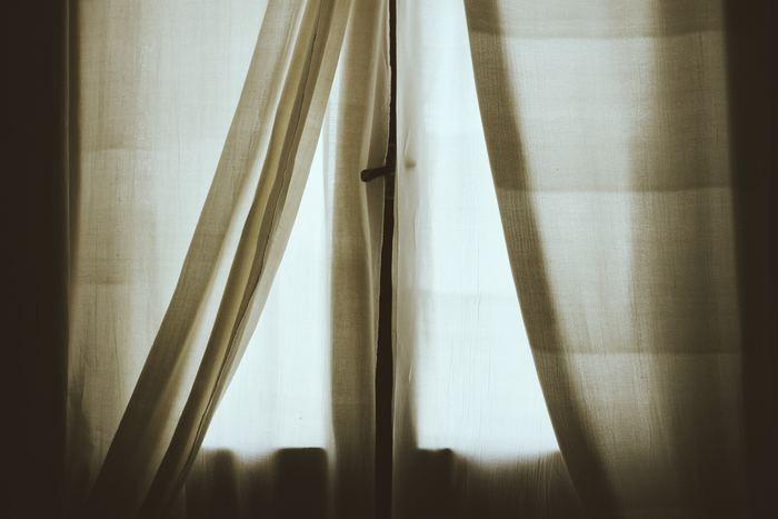 色あせや劣化を防ぐために陰干しをします。 風通しの良い日陰に寝かせるようにおいて、平干しが理想的です。