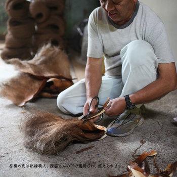 束子の産地として有名な和歌山県海南市で、特別な加工や化学的処理は一切使用せずに、純粋な自然素材である国産棕櫚を使って丁寧に作られているため、安心して使用できるうえに、使い心地もやわらかなので、グラスもキレイに洗えます。