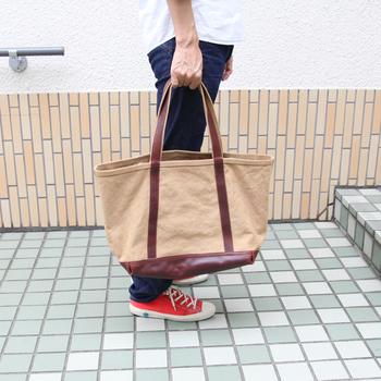 部分的に革などの異素材や濃い色が使われているバッグは、丸洗いすると色移りがおこる場合があるので注意してください。 自宅でのお手入れに不安がある場合は、思い切ってクリーニングに出すのもよいと思います。