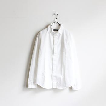 袖を通すと気持ちが引き締まるシンプルな白シャツは、一枚で様々な表情が引き出せる、着まわし力抜群の定番アイテムです。