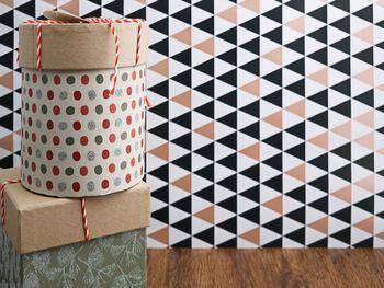 箱部分とフタ部分で紙のテイストを変えると雰囲気が変わってメリハリが演出できますよ。フタだけクラフト紙にするのもまたオシャレ♪色々イメチェンして楽しんでみてください。